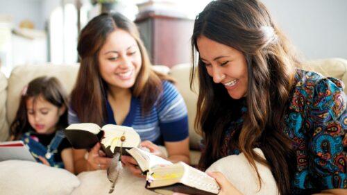 jemand liest in einer Bibel